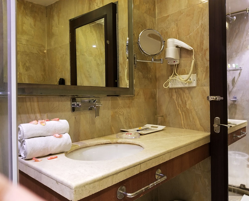 Samilton Hotel Kolkata Superior Room Bathroom